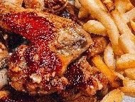 Мариновани пилешки крилца със сос от синьо сирене рокфор, доматено пюре и Уорчестър печени на фурна